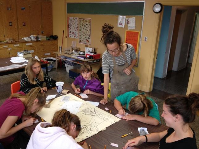 Création collective, gravure et formage avec des étudiantes de Barraute, Abitibi-Témiscamingue.